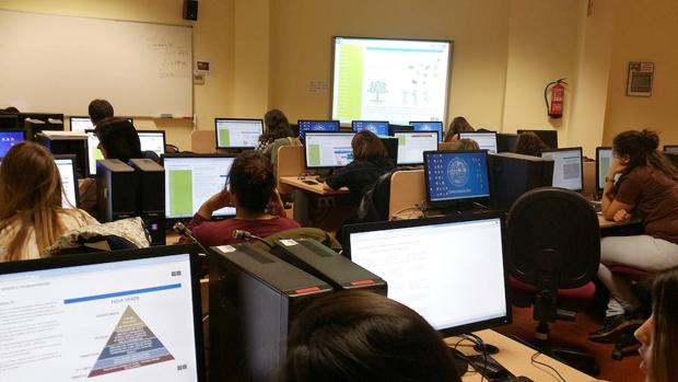 Una clase de estudiantes con la nueva herramienta digital