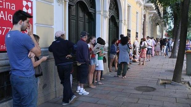 La polic a nacional refuerza las oficinas de expedici n de for Oficinas pasaporte madrid