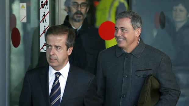 Jordi Pujol Ferrusola (d) acompañado de su abogado, Javier Carrillo (i), a la salida de los juzgados de Barcelona