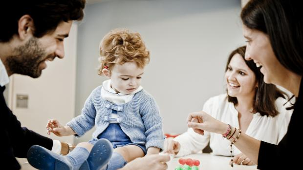 Un niño con implante coclear y sus padres, en la Fundación Oír es Clave