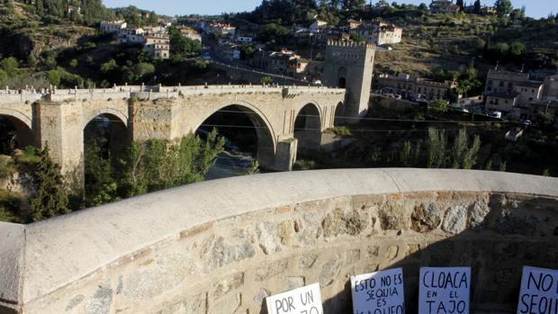 Cientos de vecinos, incluída Tolón, claman en Toledo por un Tajo limpio