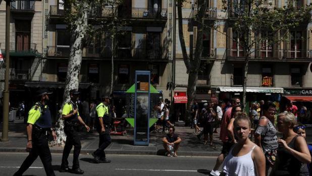 Agentes de policía patrullan las calles de Barcelona un día después del atentado de las Ramblas