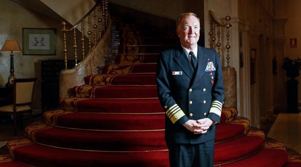El almirante James Foggo III, posa para ABC tras la entrevista
