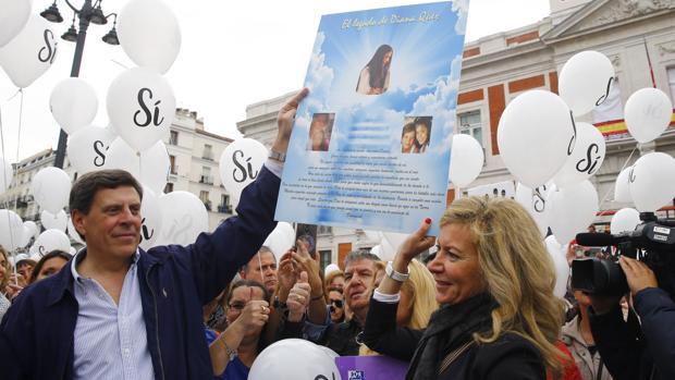 Juan Carlos Quer y Diana López-Pinel en la marcha a favor de la no derogación de la prisión permanente