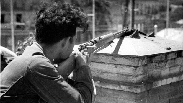 Un miliciano republicano, durante el combate con las tropas nacionales en Madrid, en julio de 1936