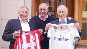 Pepe Morán (centro), entre Ovejero (izq.) y «Chencho» (drcha.)