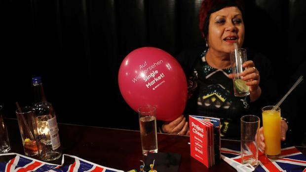 Una mujer partidaria del Brexit en una fiesta en Londres