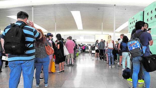 Colas en los controles de seguridad en la terminal 1 de El Prat