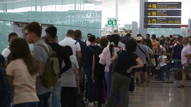 Las colas en los controles de seguridad han desbordado la terminal T1 del Aeropuerto de Barcelona-El Prat