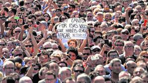 La plaza Cataluña durante el minuto de silencio que se guardó ayer por las víctimas de los atentados de las Ramblas y Cambrils