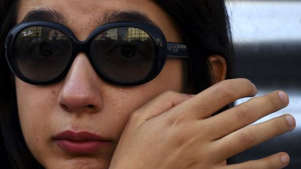 Una mujer llora en el minuto de silencio del viernes en la Puerta del Sol de Madrid