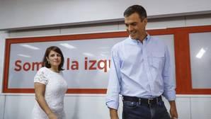 El secretario general del PSOE, Pedro Sánchez, con la vicesecretaria general del PSOE, Adriana Lastra