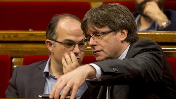 El presidente de la Generalitat, Carles Puigdemont , junto al conseller de la Presidencia Jordi Turull
