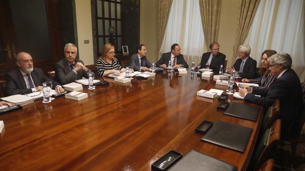El presidente del Senado, Pío García-Escudero (c), junto al vicepresidente, Pedro Sanz (4i),