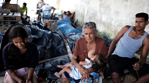 Gloria amamanta a su nieta Yorjeli en Boa Vista (Brasil)