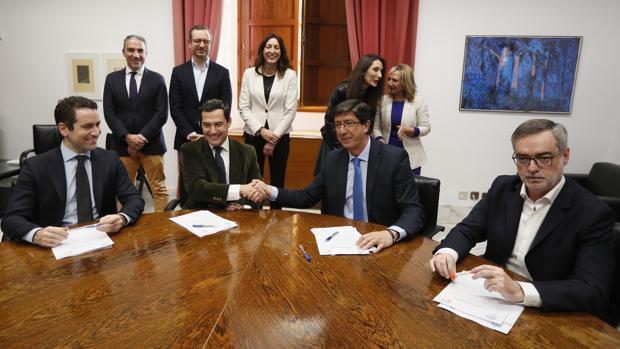 Juanma Moreno y Juan Marín estrechan las manos durante la reunión para sellar su acuerdo de gobierno en Andalucía
