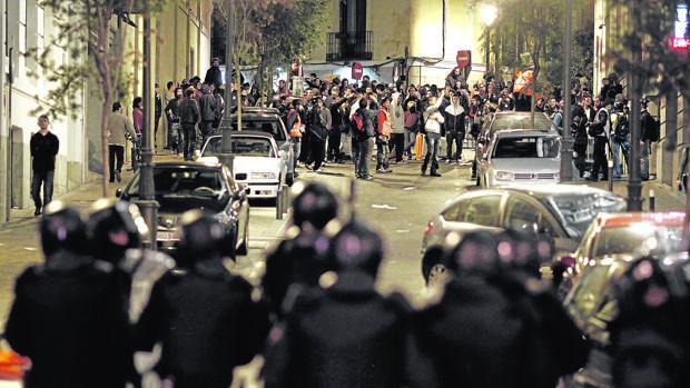 Rodear el Parlamento andaluz, bordear el ridículo
