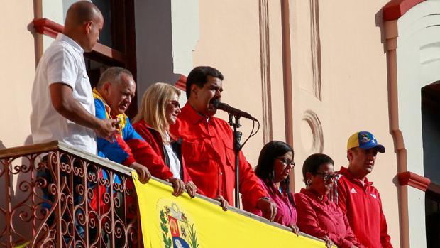 El presidente de Venezuela, Nicolás Maduro da un discurso frente a simpatizantes junto a su esposa Cilia Flores