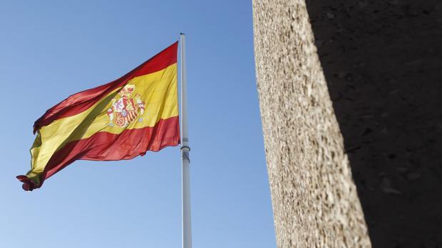 Bandera de España en la plaza de Colón
