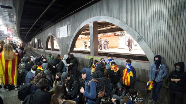 Decenas de personas han ocupado la estación de Renfe en plaza Catalunya impidiendo la circulación de trenes