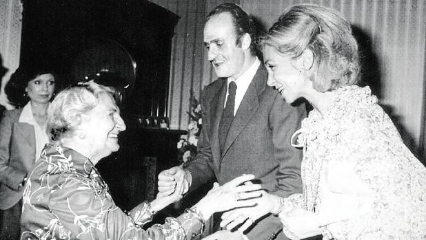 Los Reyes Don Juan Carlos y Doña Sofía saludan a Lola Rivas Cherif, viuda de Manuel Azaña, en 1978 en México