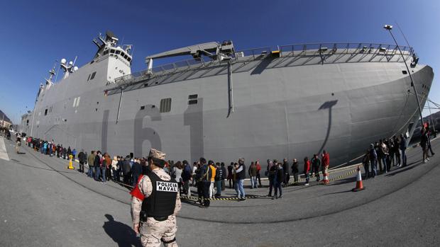 """Largas colas este sábado para ver el portaaviones """"Juan Carlos I"""", el buque insignia de la Armada española"""