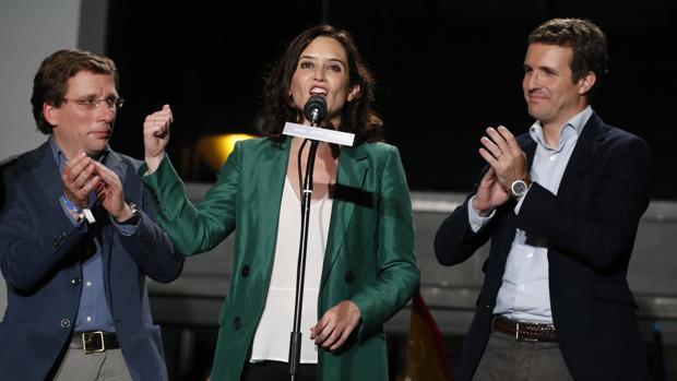El presidente del Partido Popular Pablo Casado (d), y los candidatos del PP a la Comunidad de Madrid, Isabel Díaz Ayuso (c), y al Ayuntamiento, José Luis Martínez-Almeida