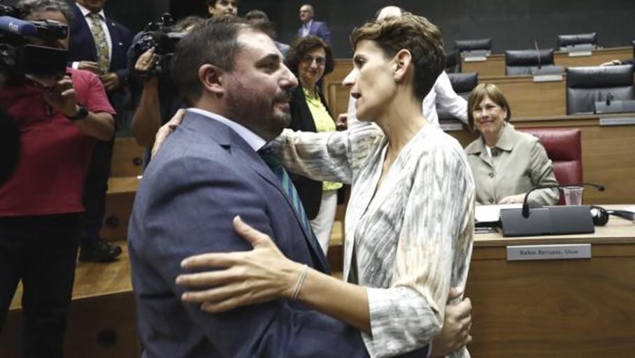 El PSOE cede, Bildu gana