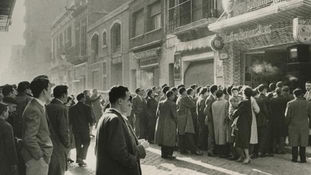 En la imagen, tomada en 1959, el público se congrega en la calle para ver un partido entre el Real Madrid y el Barcelona