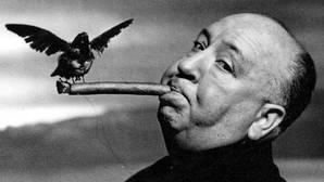 Hitchcock, el genio cruel al que le gustaba hacer cameos travestido