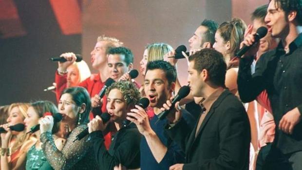 Los concursantes de «Operación Triunfo» cantan «Mi música es tu voz» en 2002