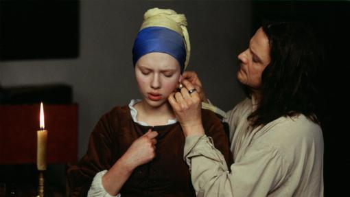Scarlett Johansson y Colin Firth, en una escena de «La joven de la perla»