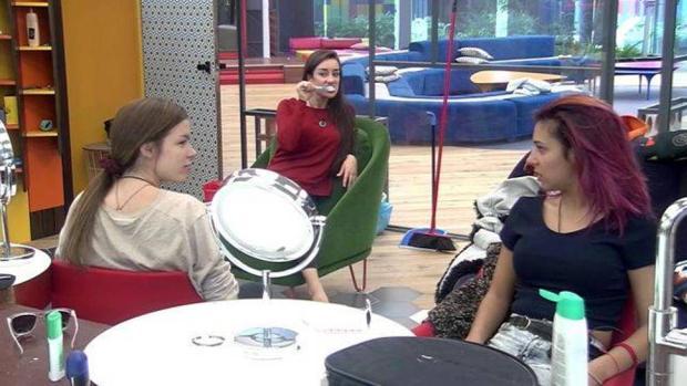 Meri, Adara y Bea comentan lo sucedido.