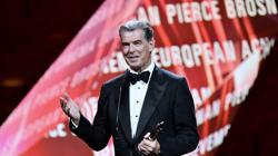 El actor Pierce Brosnan recoge el galardón de honor