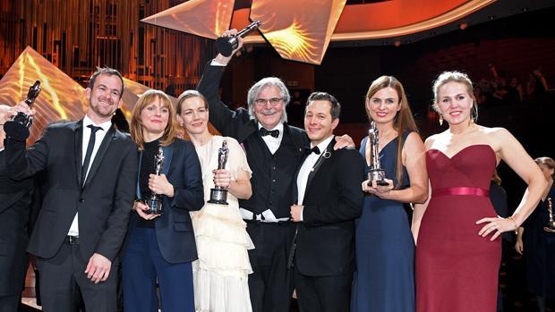 El equipo de «Toni Erdmann» festeja su triunfo en el escenario tras la entrega de los 29º Premios del Cine Europeo