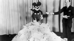 Walt Disney junto a su personaje más célebre, Mickey Mouse