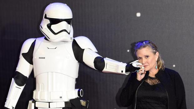 Carrie Fisher, estable dentro de la gravedad tras sufrir un infarto en pleno vuelo