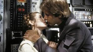 Carrie Fisher (Leia Organa) besa a Harrison Ford (Han Solo)