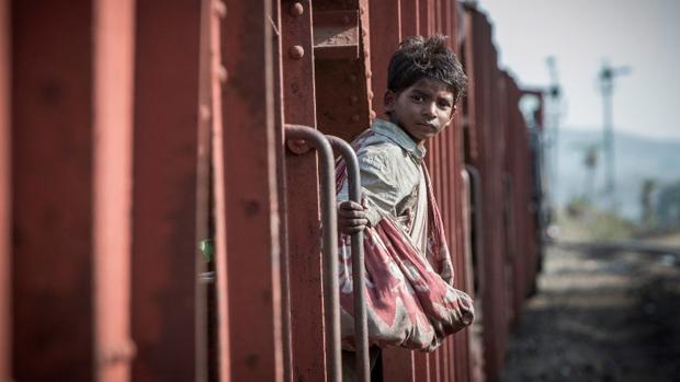 Sunny Pawar interpreta a Sarro de niño en la película «Lion»