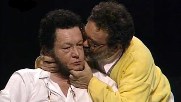 Fernando Arrabal besando a uno de sus compañeros, en el vídeo de YouTube
