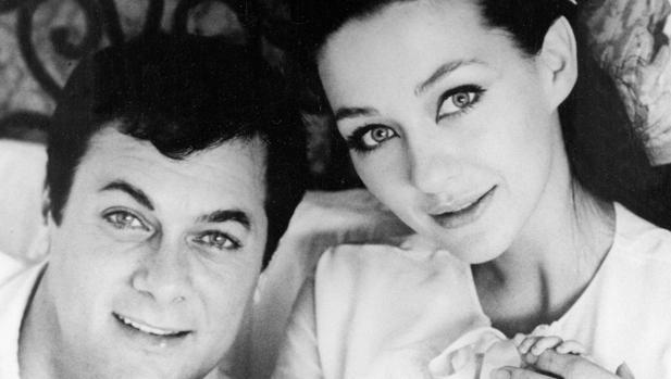Christine Kaufmann y Tony Curtis, en una foto de archivo de 1965