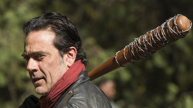 The Walking Dead 7x16: traición, sacrificio, esperanza y guerra marcan final de temporada 7 Negan-kQ0F--620x349@abc