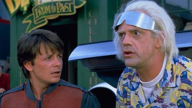 Michael J. Fox, a la izquierda, en una escena de «Regreso al futuro»