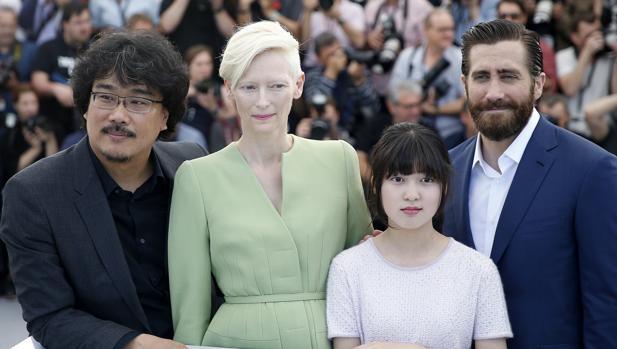 El director surcoreano Bong Joon-ho posa junto a la actriz británica Tilda Swinton, la surcoreana Ahn Seo-Hyun y el actor estadounidense Jake Gyllenhaal durante la presentación gráfica de su película «Okja» en la 70 edición del Festival de Cannes