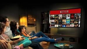 Una familia viendo Netflix, una de las nuevas plataformas de vídeo a la carta