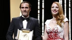 Joaquin Phoenix con el Premio al Mejor Actor en el Festival de Cannes 2017 junto a la actriz Jessica Chastain, que le entregó el galardón