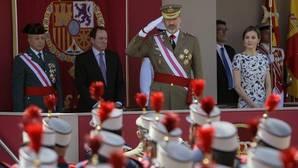 El Rey, acompañado por Doña Letizia, presidió el desfile en Guadalajara