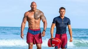 Dwyane Johnson, junto a Zac Efron, compañeros en la última película de «Los vigilantes de la playa»