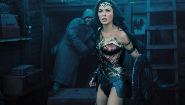 Wonder Woman (Gal Gadot) frente a un enemigo en plena batalla