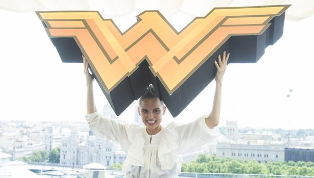 Elena Anaya posa en Madrid con el cartel de «Wonder Woman»